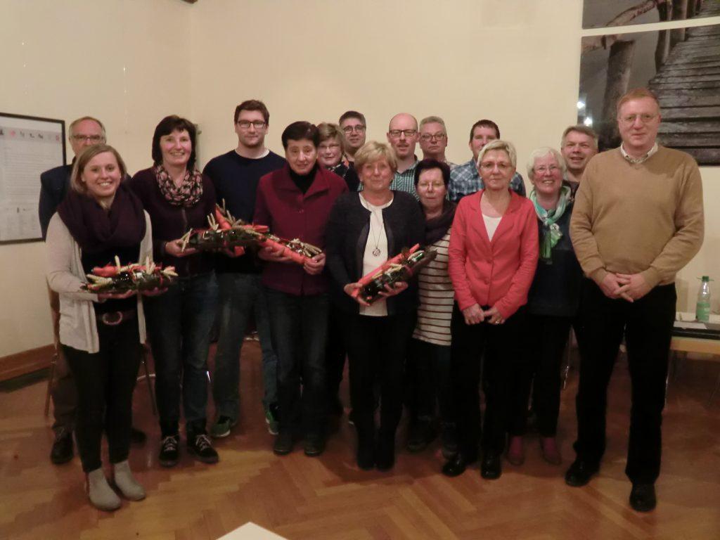 Der alte und neue Vorstand des TuS Barkhausen sowie ein Teil der langjährigen Vereinsmitglieder